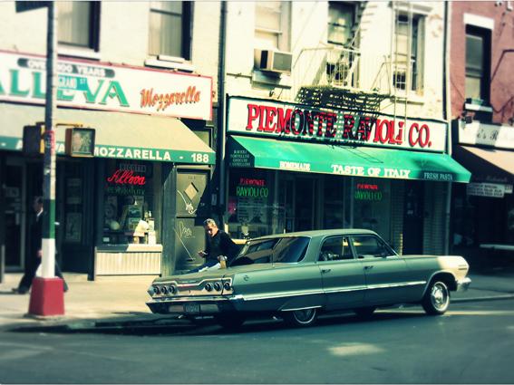 Titel: NY - Little-Italy 'eating on the car', Kunstenaar: Pamplemood - Urban