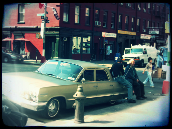 Titel: NY - Little-Italy 'sittting on the car', Kunstenaar: Pamplemood - Urban