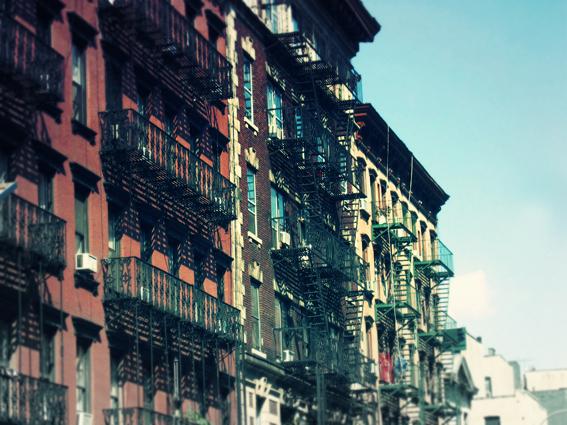Titel: NY - stairing at NY, Kunstenaar: Pamplemood - Urban